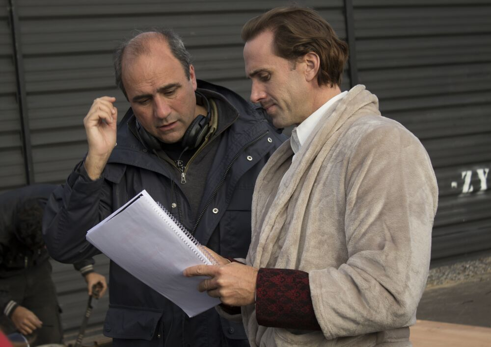Juan Pablo Buscarini junto a Joseph Fiennes, durante el rodaje de El inventor de juegos